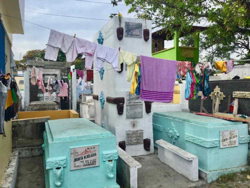 Manila Nordfriedhof, Aufgehängte Wäsche zwischen den Gräbern