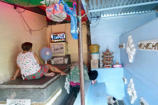 Manila Nordfriedhof: Wohnzimmer mit Fernseher in Grabstätte