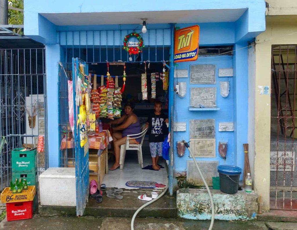 Manila North Cemetary Kiosk inmitten von Gräbern