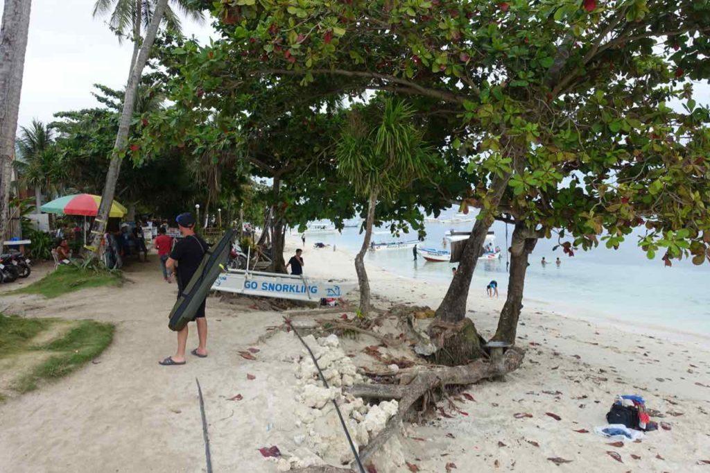 Alona Beach auf Panglao, links der Weg und rechts der Strand Foto Peter Pohle PetersTravel