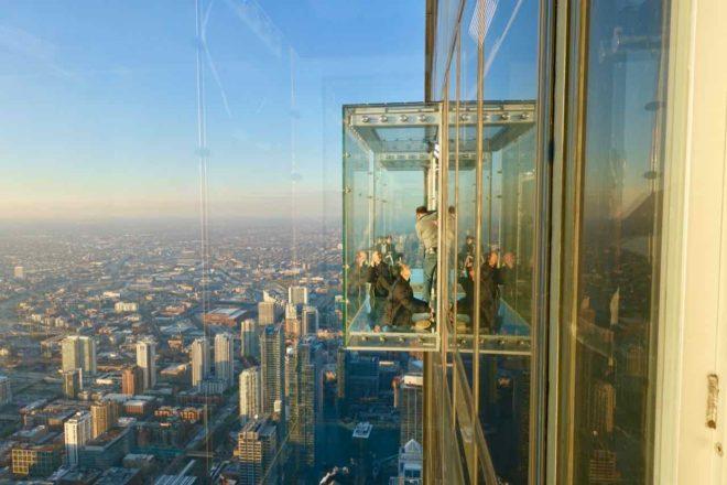 """Chicago Aussichtspunkte: """"The Sledge"""" vom Willis Tower ist ein später angefügter Balkon Foto Peter Pohle PetersTravel"""