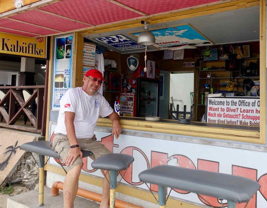 Puerto Galera: Mac Schmitt von Octapus Divers vor seinem Kiosk Et Kabüffke in Sabang, Philippinen Copyright Peter Pohle PetersTravel