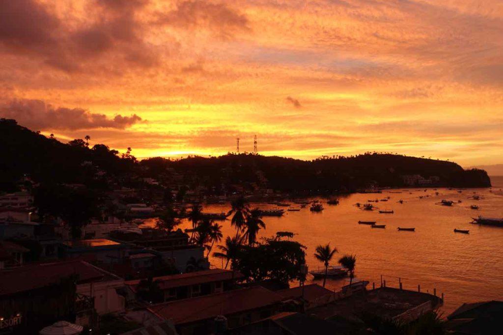 Puerto Galera, Sonnenuntergang in der Bucht von Sabang, Philippinen Copyright Peter Pohle PetersTravel