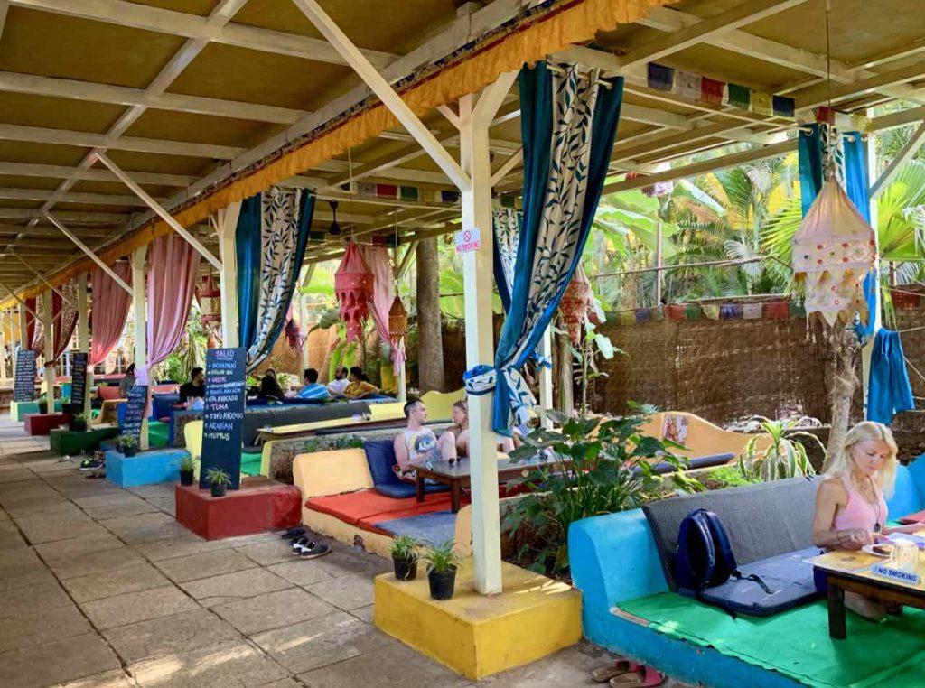 Anjuna Beach, German Bakery, An den Tischen kann man es sich auf Matratzen bequem machen.... Copyright Peter Pohle
