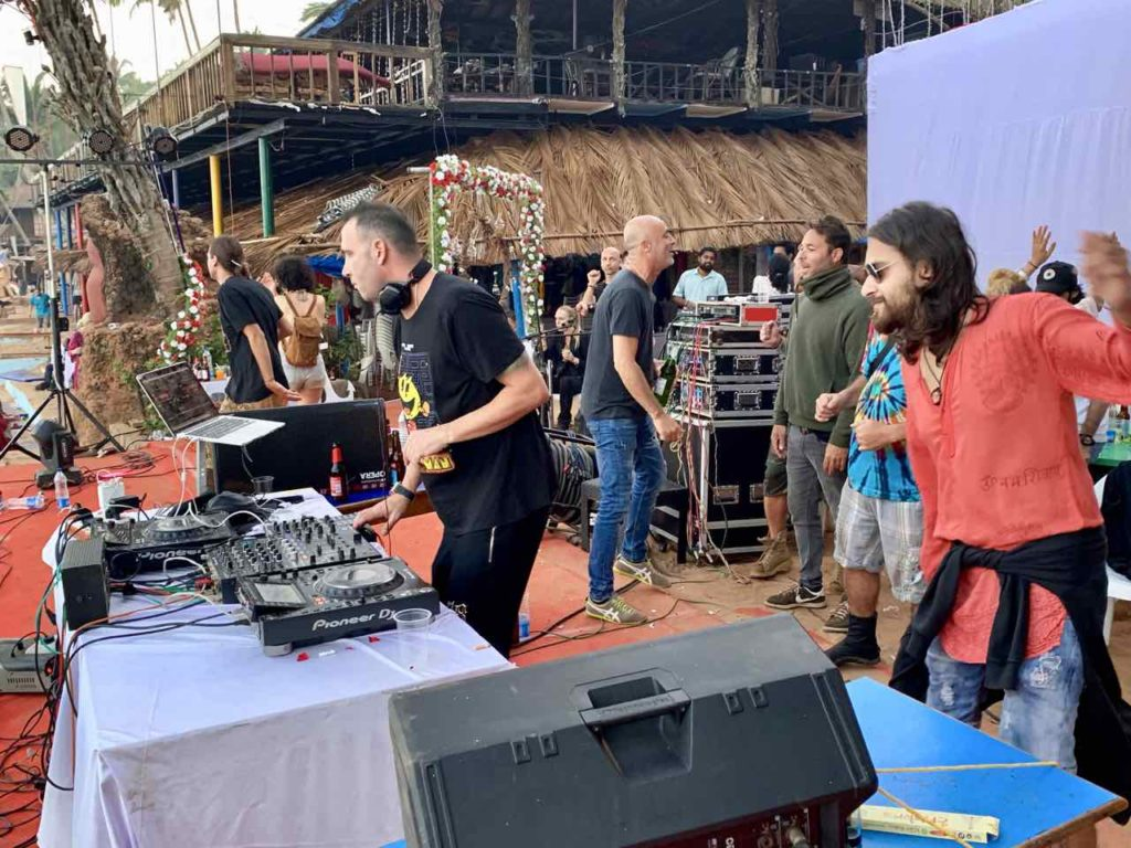 Beachparty am Anjuna Beach in Goa, DI at Curlie's, Copyright Peter Pohle PetersTravel