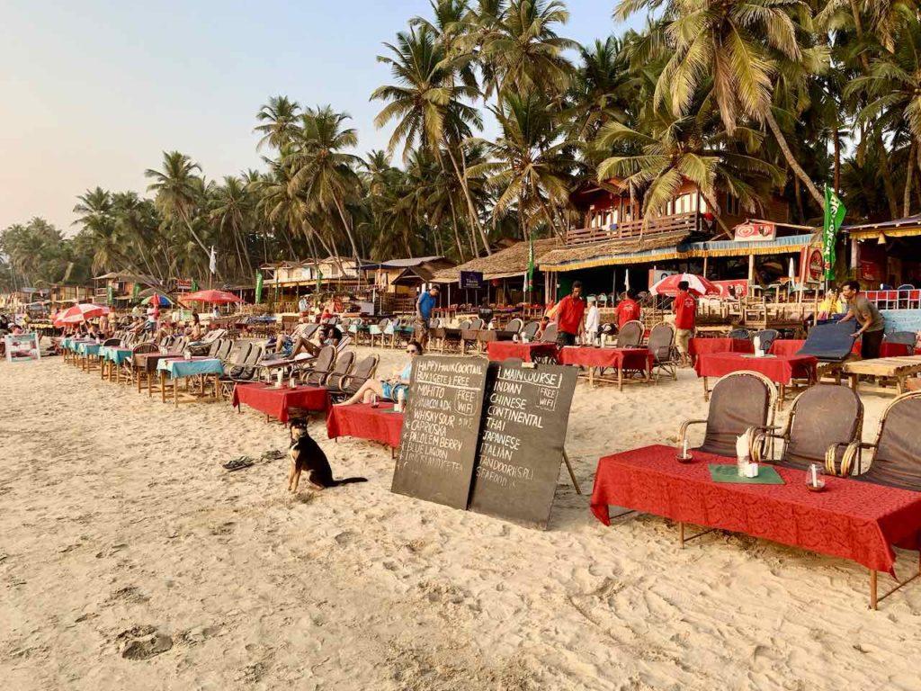 Palolem Beach in Goa am Abend. Die Restaurants haben ihre Tisch an den Strand gestellt. Copyright Peter Pohle PetersTravel