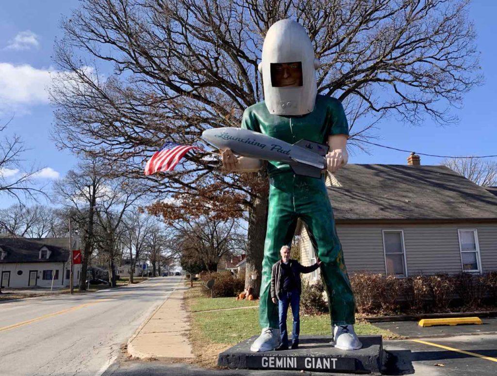 Route 66, Wilmington Illinois: Der Gemini Giant ist eine ca 8m große Figur aus Fiberglas. Diese Figuren wurden früher als Blickfang vor Werkstätten, Restaurants etc. aufgestellt