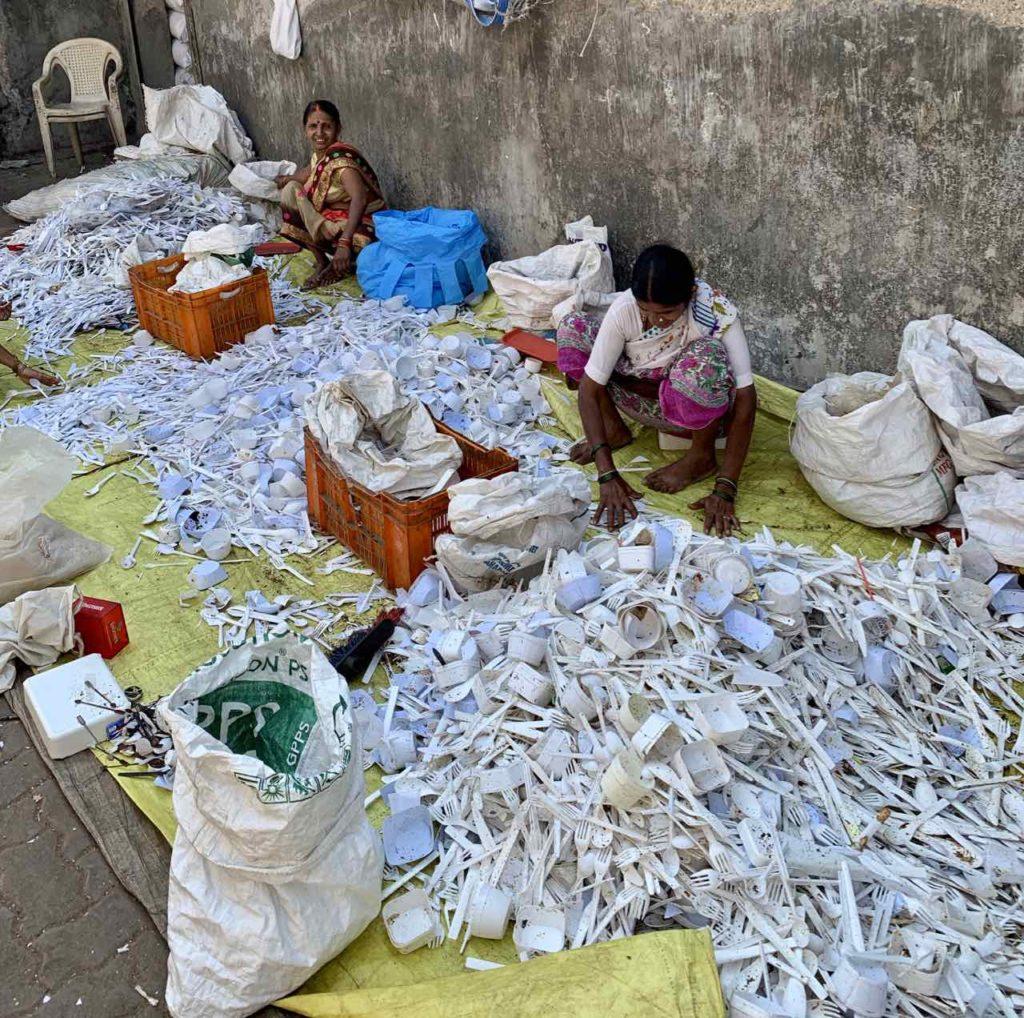 Sortieren von Plastikmüll in Dharavi