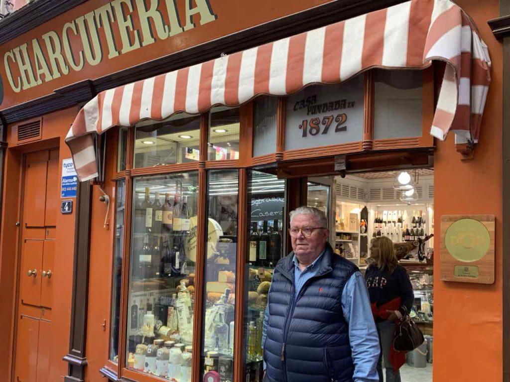 Javier Mulet (66) vor seinem Delikatessenladen La Pajarita