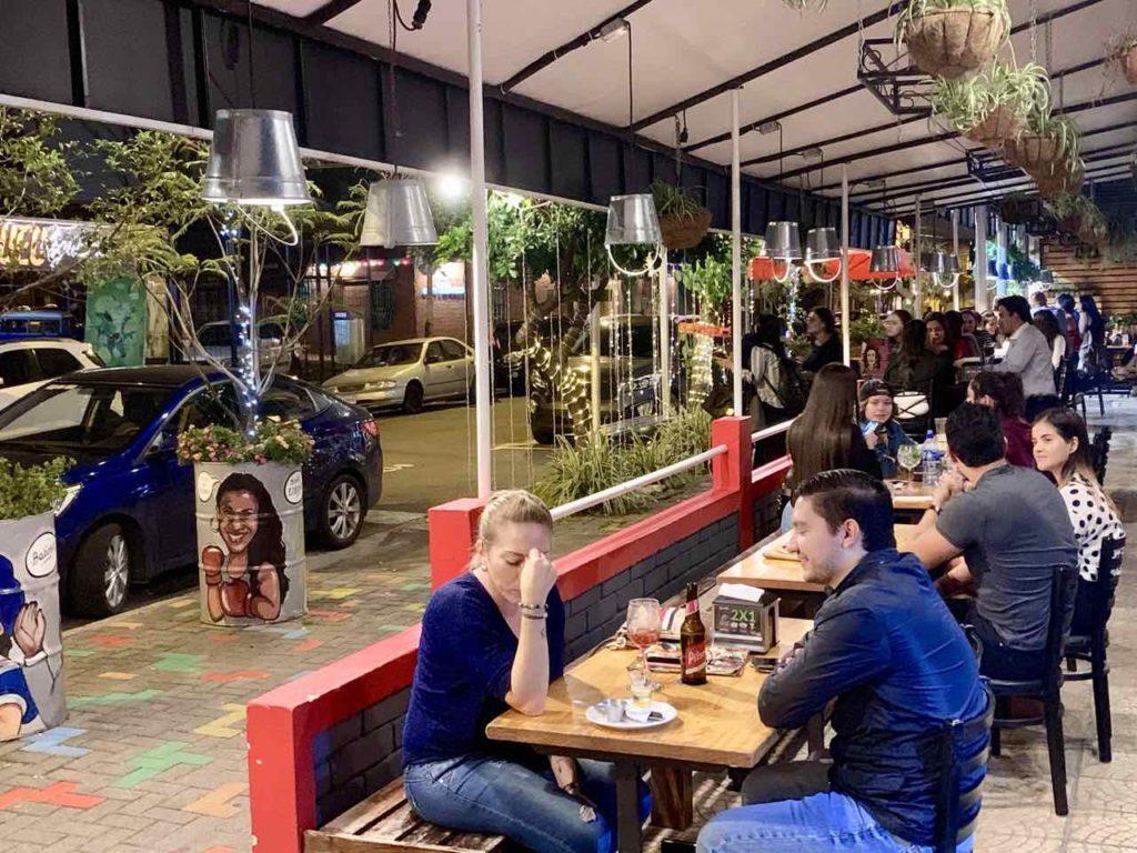 Außenbereich des Gastro Pub Agüizotes in San José