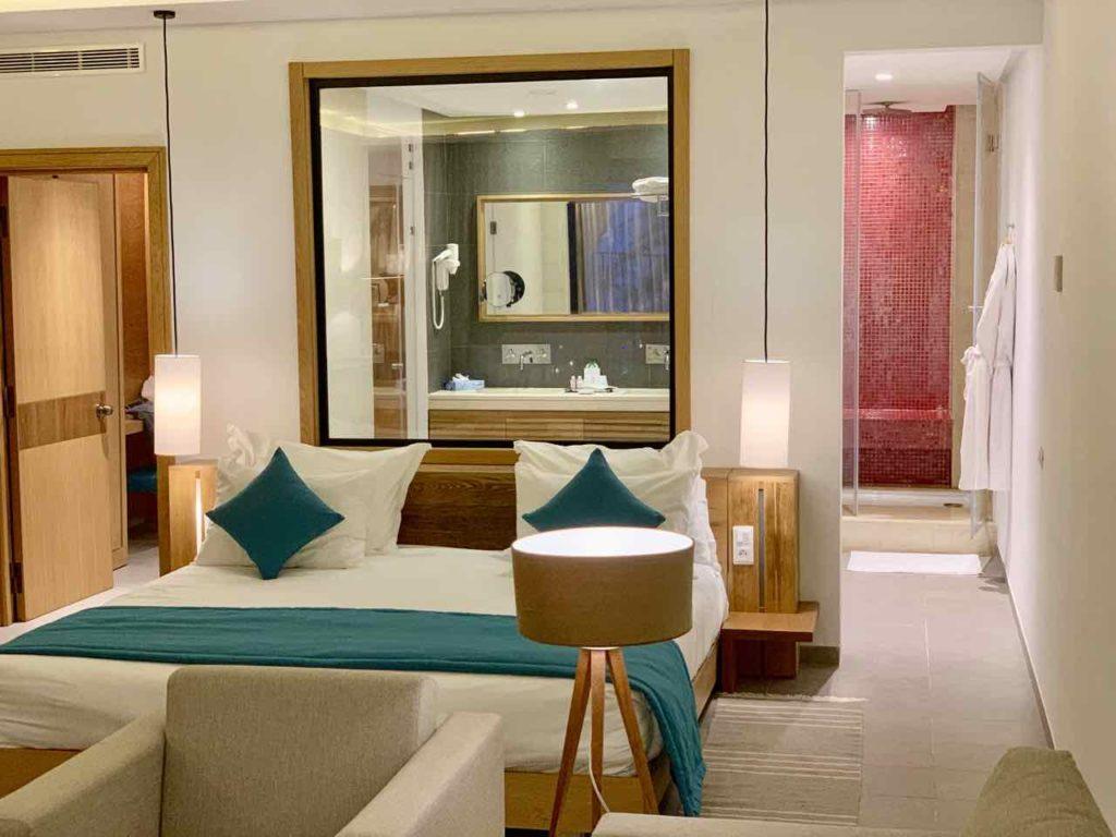 Mein Zimmer, Blick auf Bad und Dusch iim Hotel LTI Les Orangers Garden