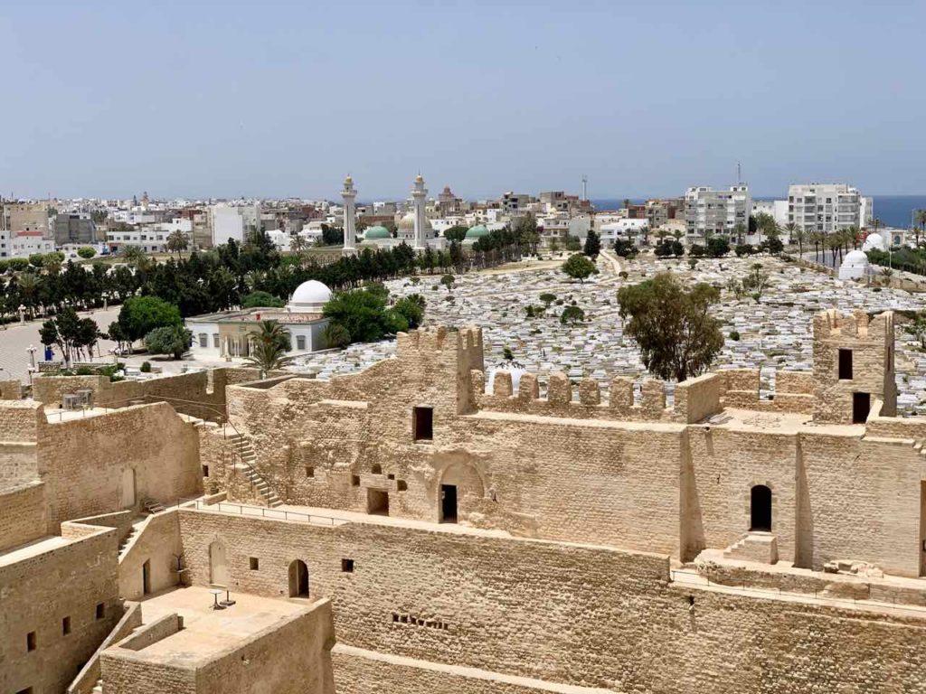 Im Norden von Tunesien: Monastir: Blick vom Ribat zum Mausoleum von Bourgiba