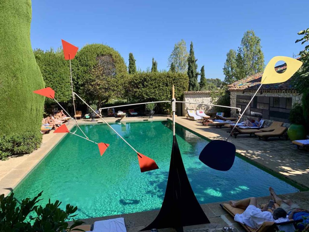 Hotel La Colombe d'Or: Schwimmbad mit Calder Mobilé