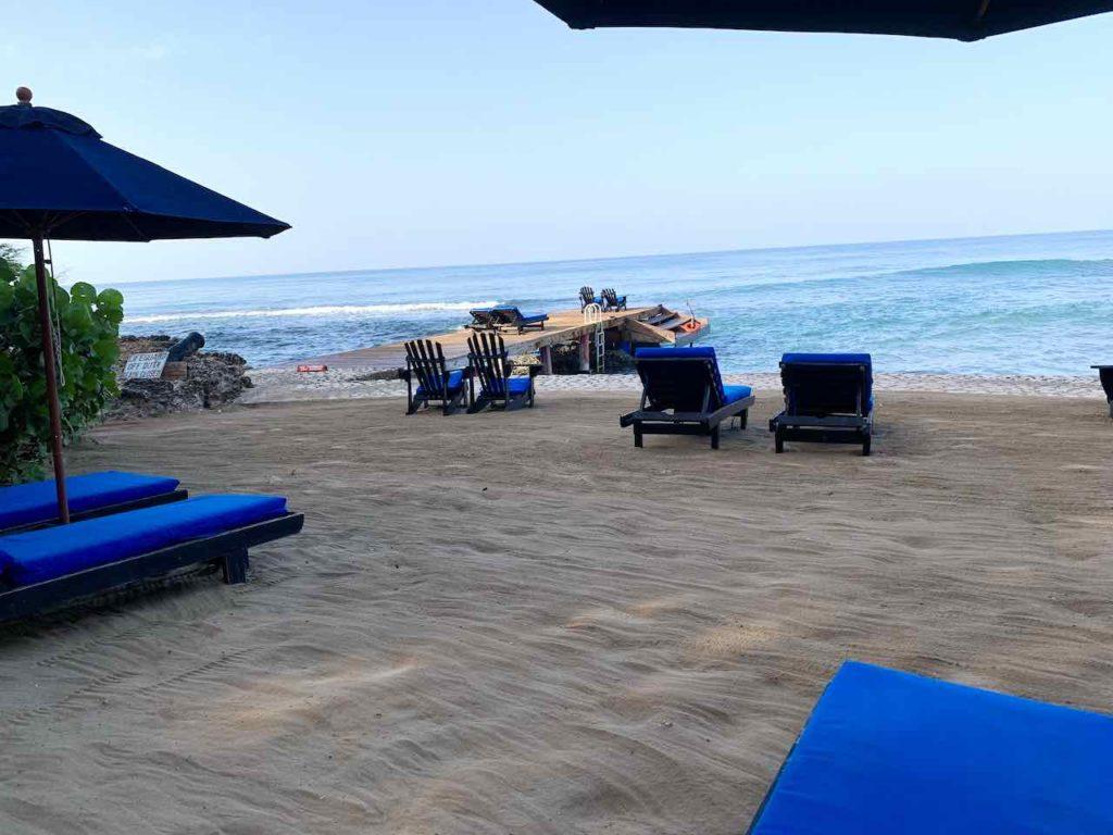 Jake's Hotel in Treasure Beach Strand am Morgen