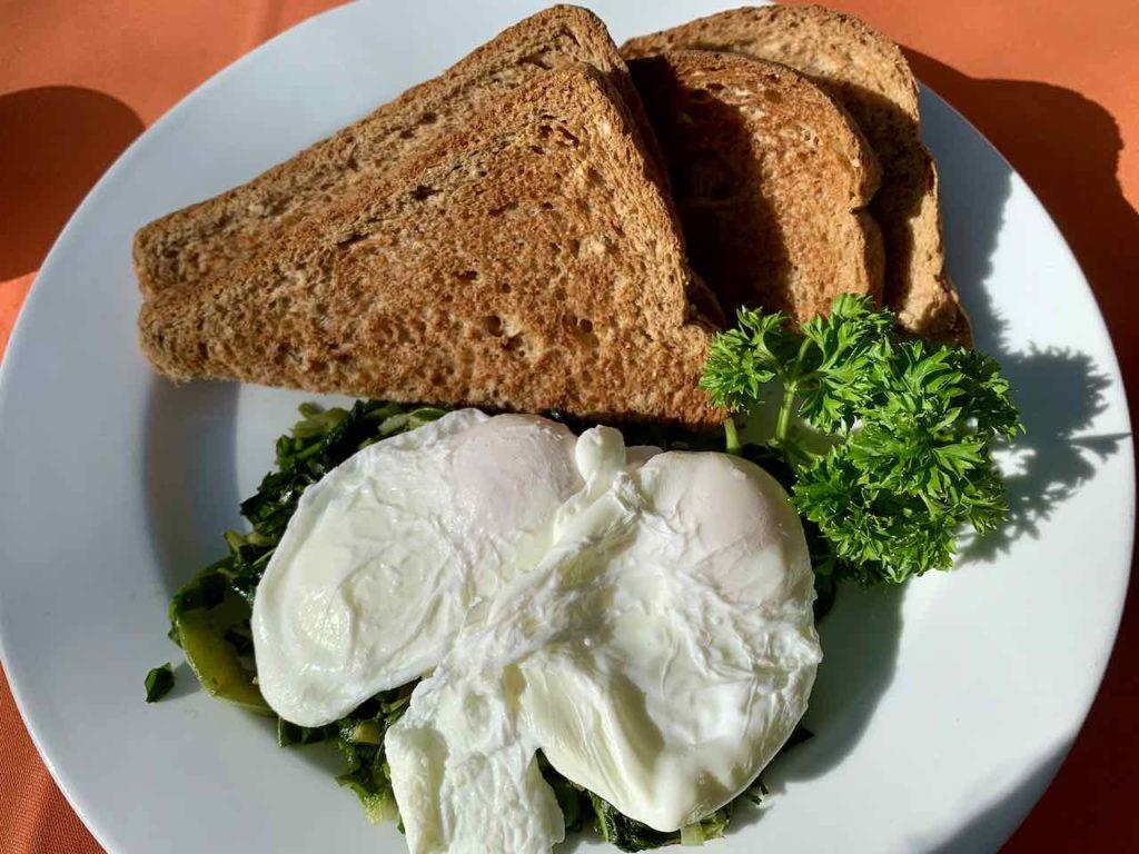 Frühstück im Jake's Hotel in Treasure Beach, Callaloo mit poached eggs