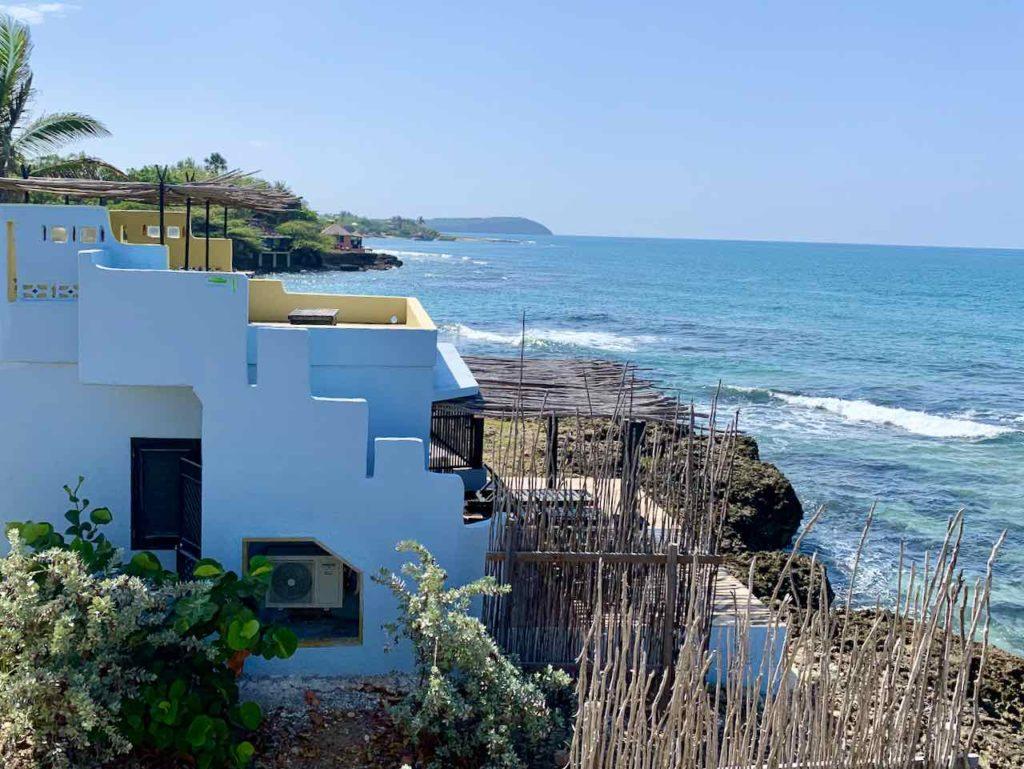 Jake's Hotel in Treasure Beach, hellblauer Bungalow mit Meer