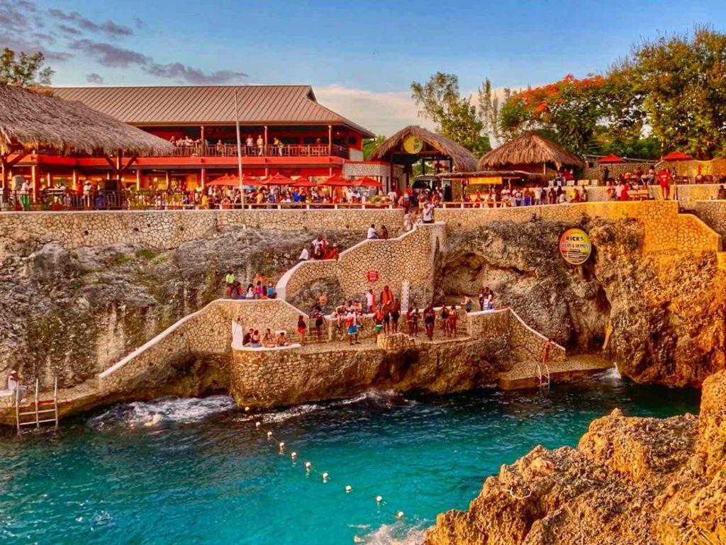 Jamaika Sehenswürdigkeiten: Rick's Café - Berühmt für die Felsenspringer