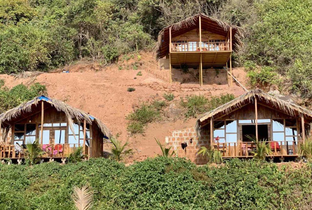 Die Sea Front Cottages liegen direkt am Strand von Cola in Goa