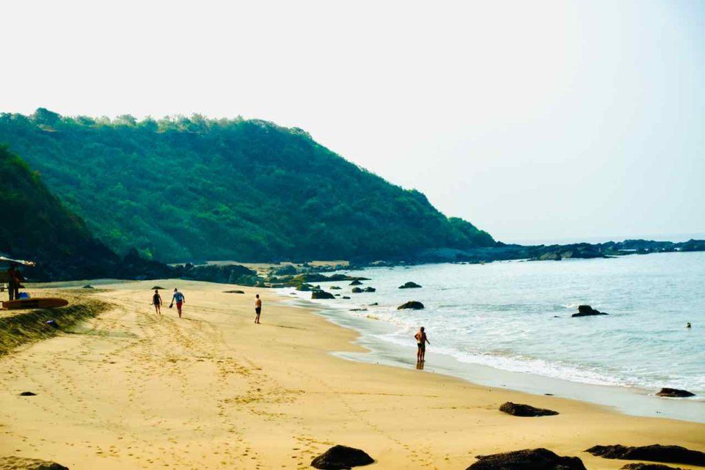 Besucher am breiten Strand von Cola in GoaCola