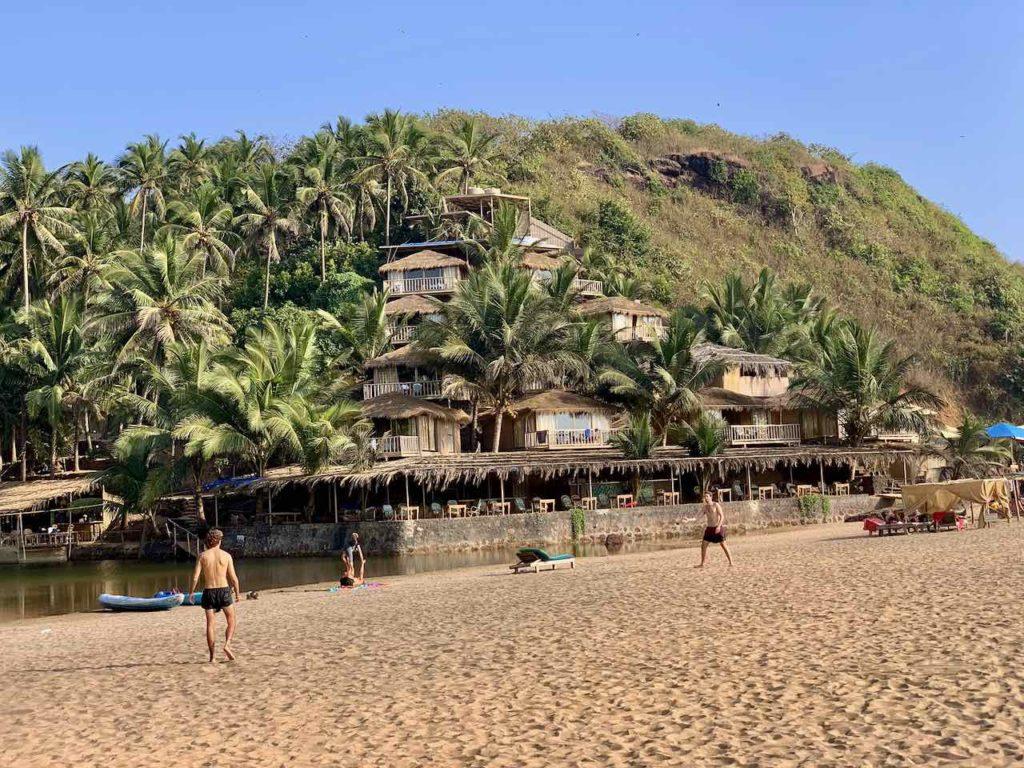 Sportler am Starnd von Cola. Blick auf Lagune und Dwarka Eco Beach Resort