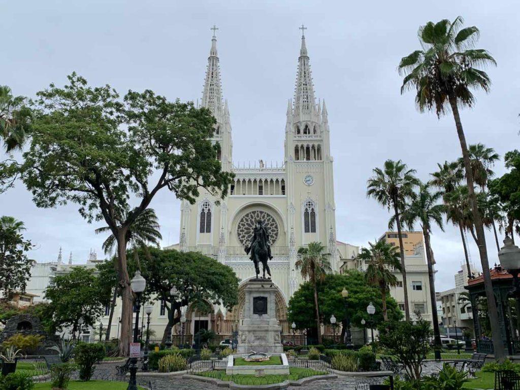 Guayaquil: Parque Seminario mit Statue von Simón Bolívar und der Kathedrale