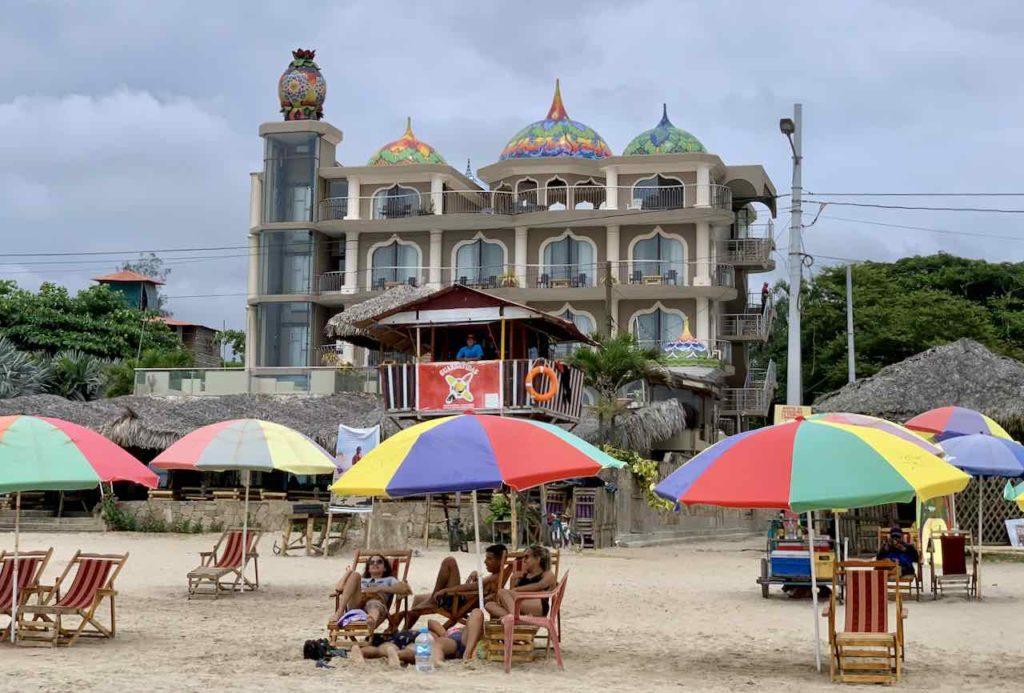 Hotel Dharma Beach am Strand von Montañita