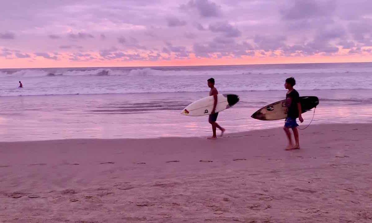 Surfer am Strand von Montañita
