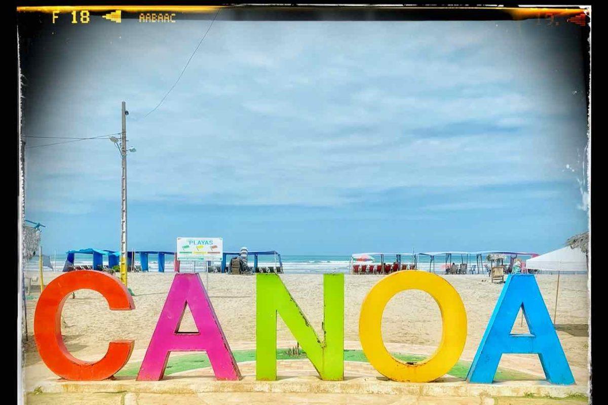 Canoa in Ecuador, Schriftzug mit Strand