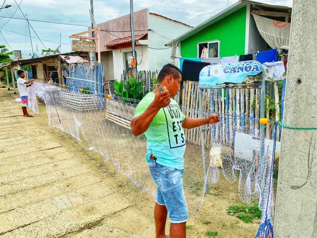 Fischer beim Netze knüpfen in Canoa