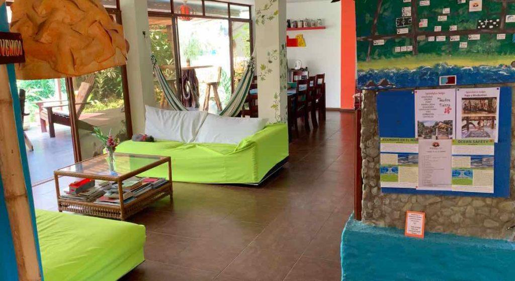 Lounge der Spondylus Lodge in Ayampe