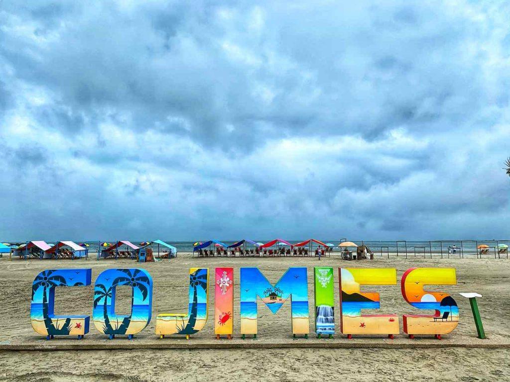 Ortsschild am Strand von Cojimíes an der Pazifikküste in Ecuador