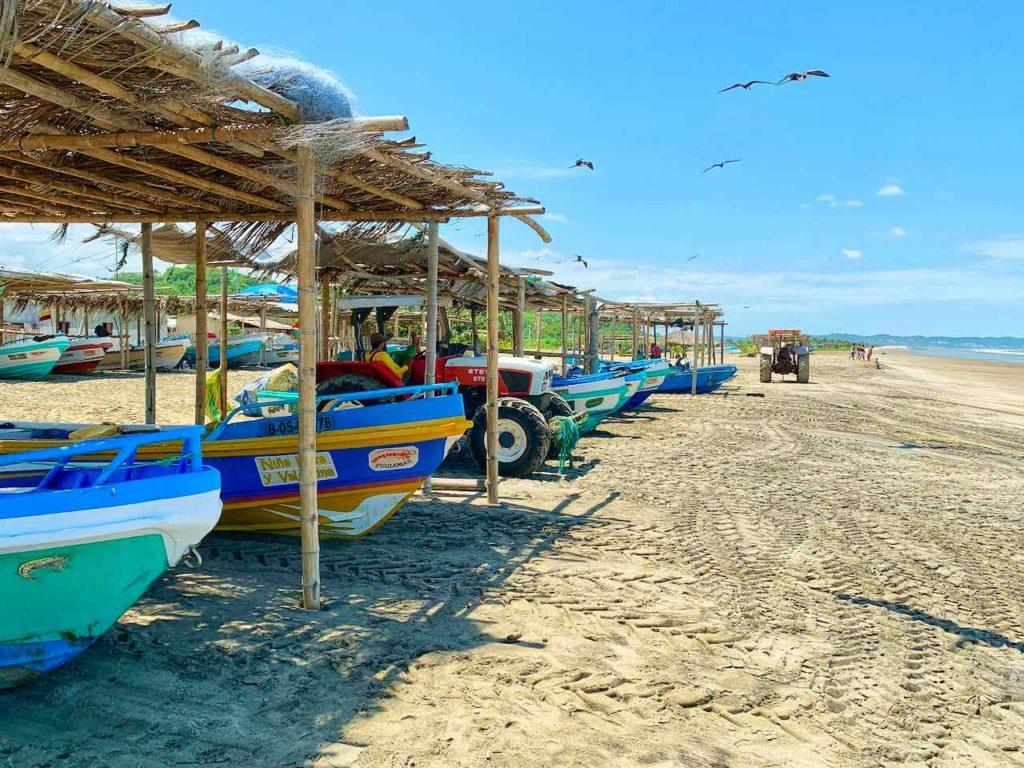 Strand mit Fischerbooten in Canoa