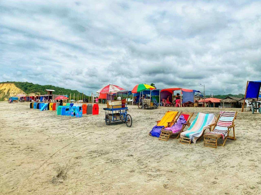 Strand mit Liegestühlen, Canoa in Ecuador
