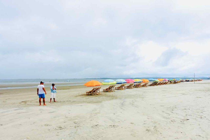 Strand mit Liegestühlen in Cojimíes