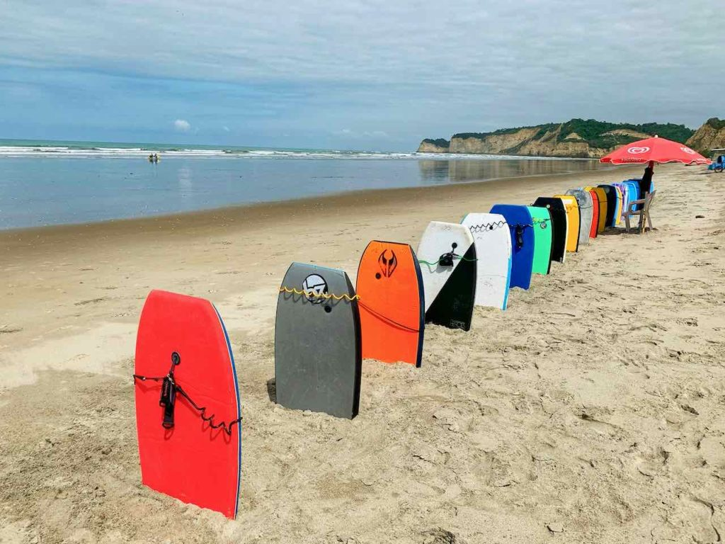 Surfboards am Strand von Canoa in Ecuador