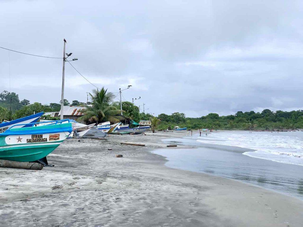 Fischerboote am Strand von Mompiche