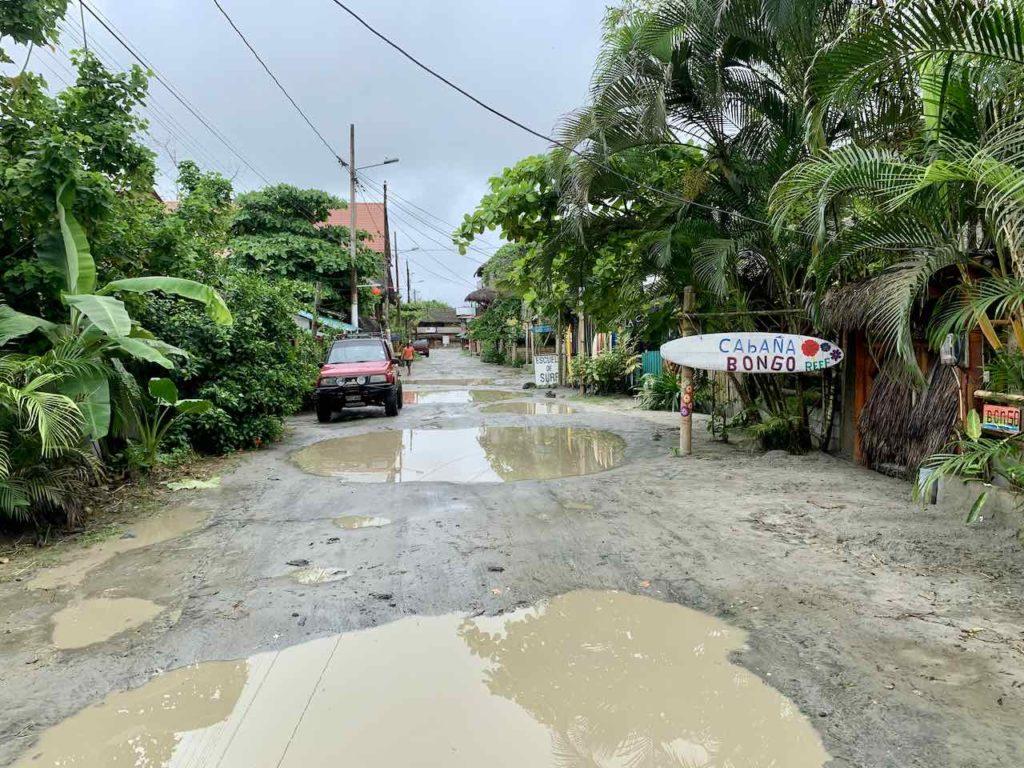 Mompiche - Straße nach etwas Regen