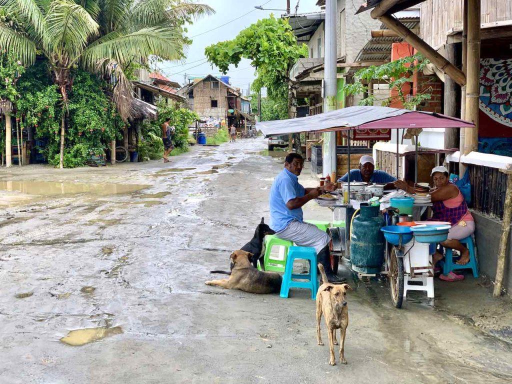 Straße nach etwas Regen in Mompiche