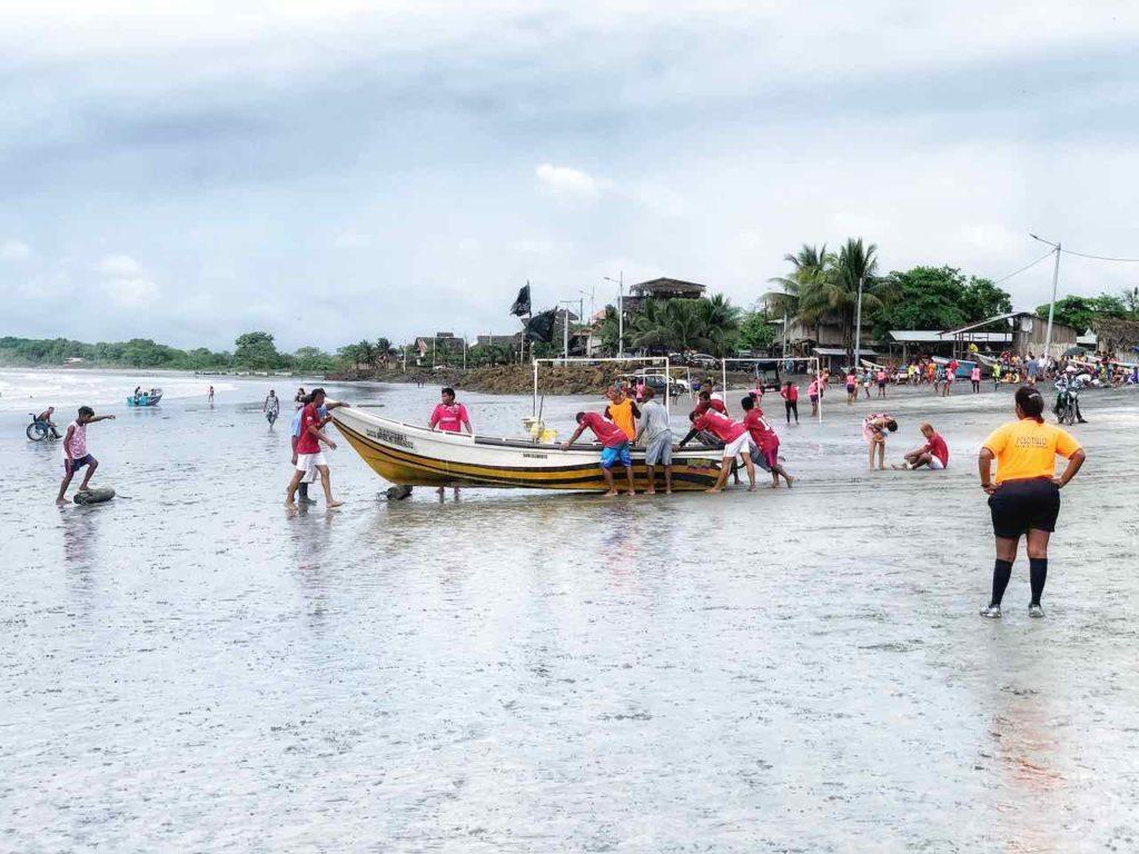 Strand mit Fischerboot in Mompiche