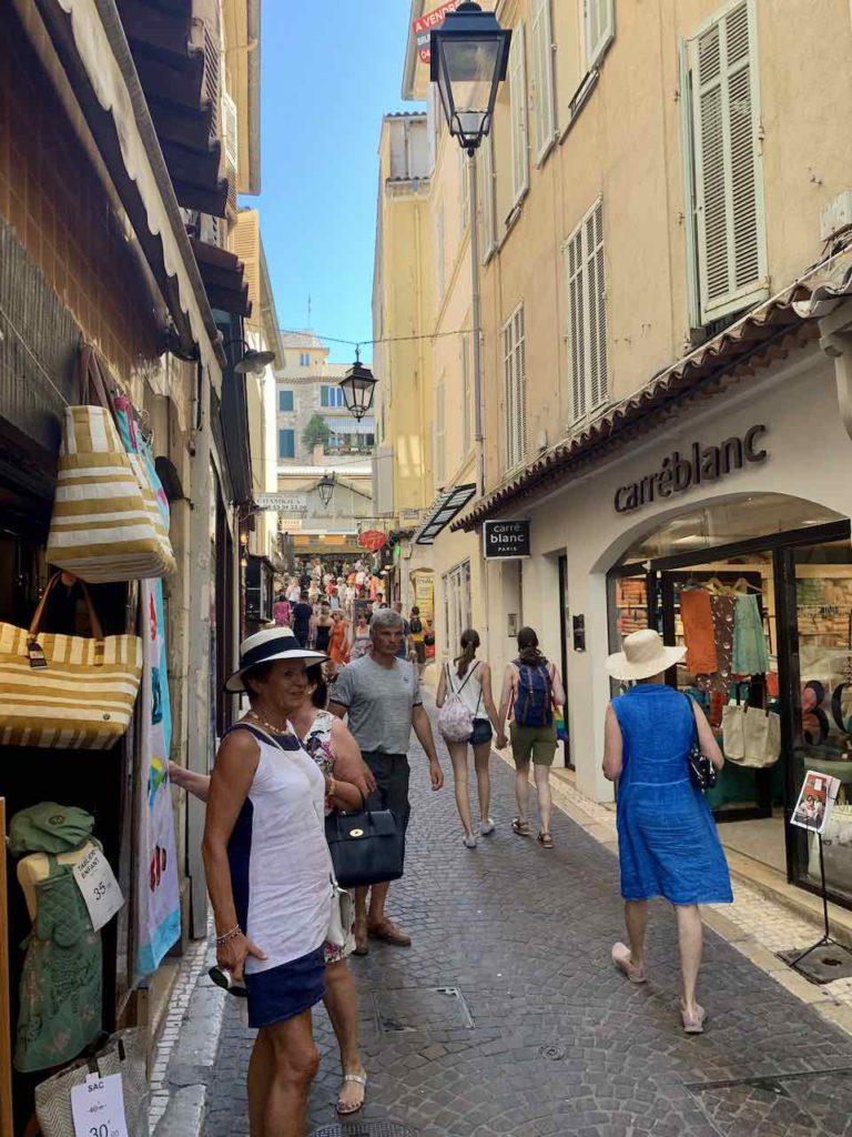 Gasse in der Altstadt von Antibes