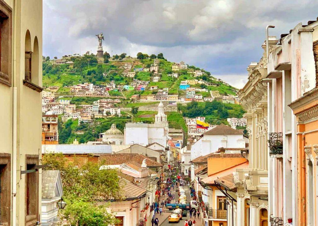 Altstadt von Quito mit El Panecillo im Hintergrund