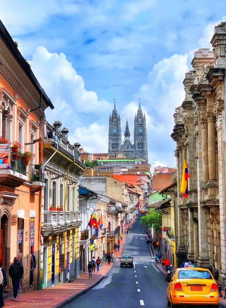 Quito Sehenswürdigkeiten, Calle Venezuela mit der Basilika del Voto Nacional