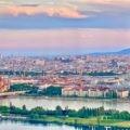 Blick von der Aussichtsterrasse des Donauturms in Wien auf die Donauinsel