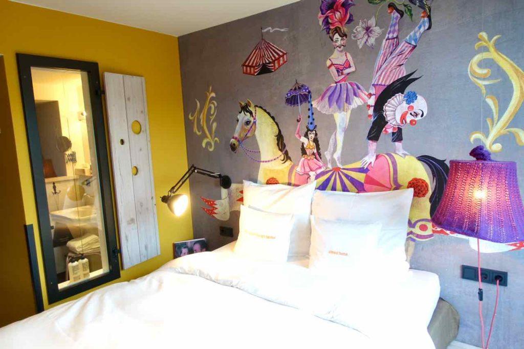 25Hours Hotel Wien am Museumsquartier, Zimmer mit Blick zum Bad