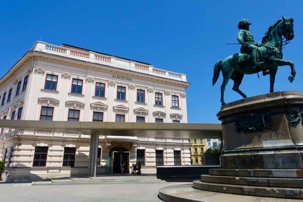Museum Albertina Wien mit Denkmal Franz Joseph I,