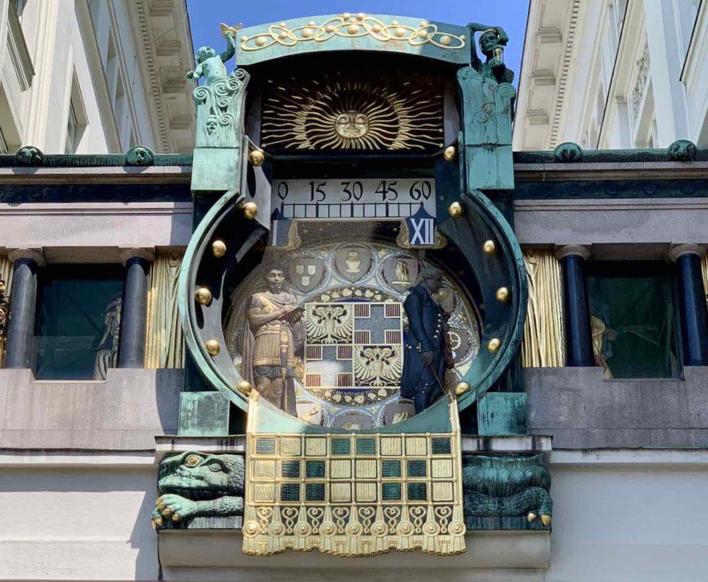 Wien Ankeruhr - Der Höhepunkt findet um 12 Uhr mittags statt, wenn alle Figuren jeweilig mit zur Figur passenden Musikbegleitung vor der Uhr vorbeiziehen.