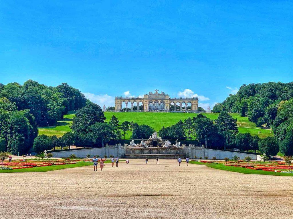 Blick von Schloss Schönbrunn zur Gloriette