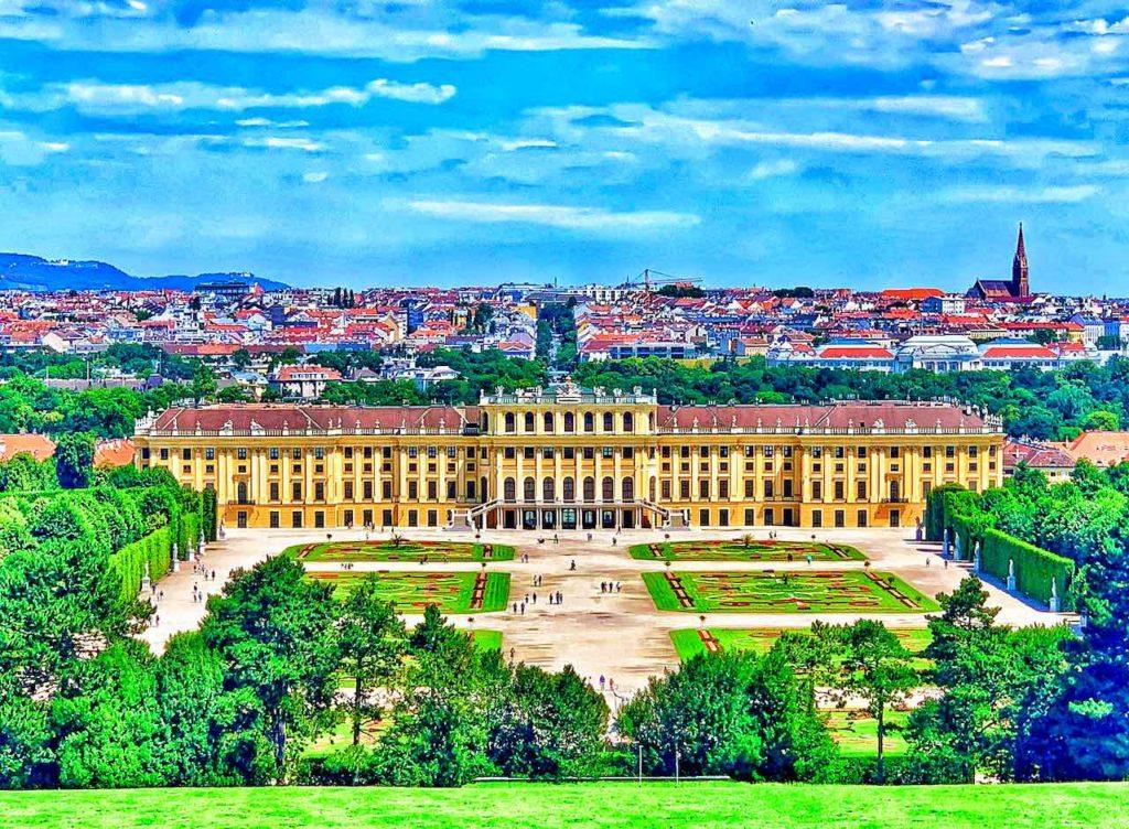 Blick von der Gloriette auf Schloss Schönbrunn. Das Schloss Schönbrunn gehört zu den Highlights von Wien und den meistbesuchten Sehenswürdigkeiten