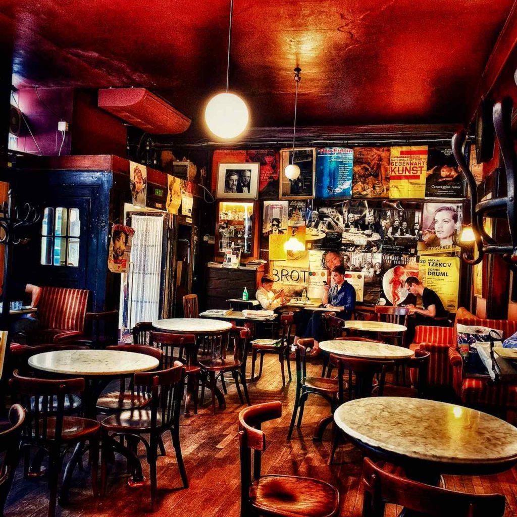 Im Künstlercafé Hawelka hat sich seiit 1912(!) wenig verändert