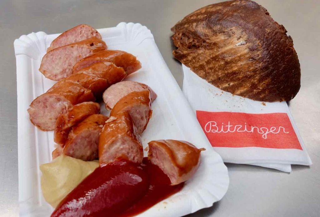 Wien: Käsekrainer beim Bitzinger Würstelstand an der Albertina